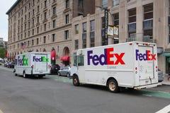 Camion moulu de Fedex et camion exprès de Fedex sur la même rue dedans Photos libres de droits