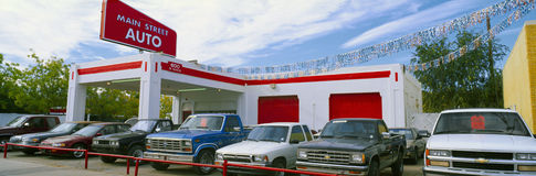 Camion nel lotto dell'automobile utilizzata fotografia stock