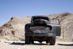 Camion noir de cru dans le désert Photos stock