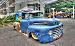 Camion pick-up bleu rouillé de Ford Photos libres de droits