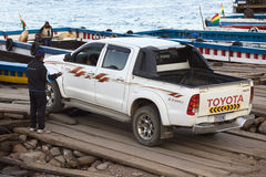 Camion pick-up conduisant sur un ferry chez Tiquina sur le Lac Titicaca, Bolivie Photos stock