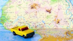 Camion pick-up de jaune de carte de l'Afrique centrale du nord et banque de vidéos