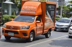 Camion pick-up de Kerry Express Parcel Delivery Service image libre de droits