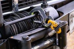 Camion pick-up noir de treuil utilisé pour tirer la voiture images libres de droits