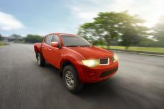Camion pick-up quatre-portes rouge avec la grande vitesse Photographie stock libre de droits