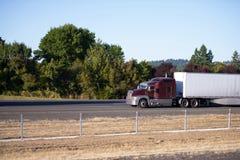 Camion potente dei semi del grande impianto di perforazione con il movimento a secco di van trailer avanti sulla s Fotografia Stock Libera da Diritti