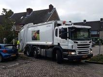 Camion pour rassembler des sacs avec des déchets de plastique à réutiliser dans le repaire aan Ijssel de Nieuwerkerk photographie stock