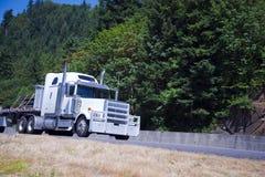 Camion puissant énorme avec le gril protecteur avec la charge sur la route photos libres de droits