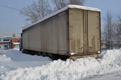 Camion Réfracteur Sali avec la neige Dérives de neige, routes non épluchées Dérives infranchissables de neige photos libres de droits