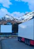 Camion refrigerato bianco e grande tabellone per le affissioni vuoto immagini stock