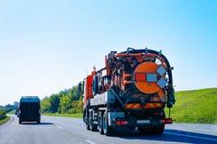 Camion residuo di vuoto sulla strada della strada principale in Slovenia fotografia stock libera da diritti