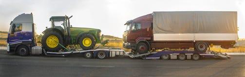 Camion resistente con un trattore di trasporto del rimorchio di automatico-trasporto Immagini Stock