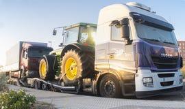 Camion resistente con un trattore di trasporto del rimorchio di automatico-trasporto Immagine Stock