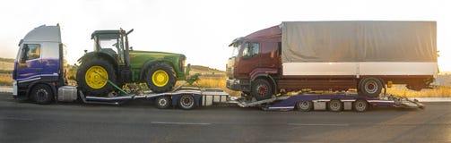 Camion resistente con un trattore di trasporto del rimorchio di automatico-trasporto Immagine Stock Libera da Diritti