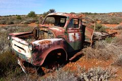 Camion ripartito nell'entroterra australiana ad ovest Fotografie Stock Libere da Diritti