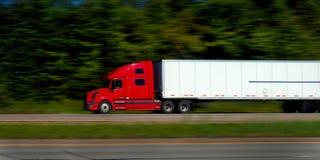 Camion rossi dei semi sull'autostrada senza pedaggio Fotografia Stock Libera da Diritti