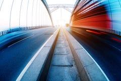 Camion rosso che viaggia sul ponte Fotografia Stock