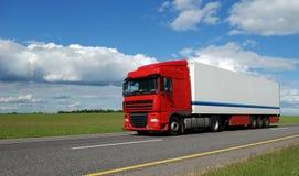 Camion rosso con il rimorchio bianco Fotografia Stock Libera da Diritti