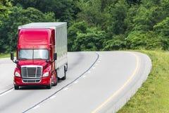 Camion rosso dei semi su da uno stato all'altro con lo spazio della copia Immagini Stock