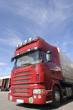 Camion rosso nel bacino di caricamento fotografie stock libere da diritti