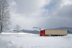 Camion rouge dans la neige Photos stock