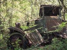 Camion 1930 rouillé tombant en morceaux dans la forêt Photos libres de droits