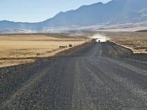 Camion s'approchant sur une route de gravier Image stock