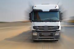 Camion se dirigeant à l'appareil-photo Photo libre de droits