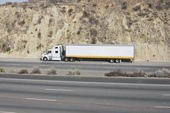 Camion su un'autostrada senza pedaggio fotografia stock