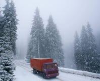 Camion su una strada nevosa di inverno Fotografia Stock