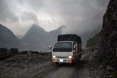 Camion su una strada pavimentata Vietnam del Nord Fotografia Stock Libera da Diritti