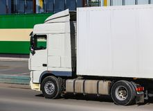 Camion sul negozio vicino della strada Immagini Stock Libere da Diritti