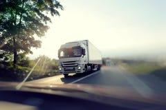 Camion sull'autostrada senza pedaggio Fotografia Stock Libera da Diritti