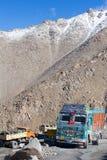Camion sull'elevata altitudine Manali - la strada di Leh, India Immagini Stock