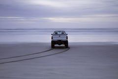 Camion sulla spiaggia vuota Fotografia Stock