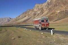 Camion sulla strada della montagna fotografie stock