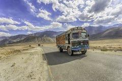 Camion sulla strada di Srinaga-Leh di elevata altitudine nella provincia di Ladakh fotografia stock