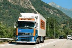 Camion sulla strada nello svizzero di Visp Svizzera Fotografia Stock