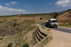 Camion sulla strada principale in montagne di atlante Fotografia Stock