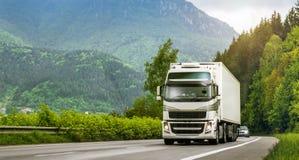 Camion sulla strada principale negli altopiani Fotografie Stock Libere da Diritti