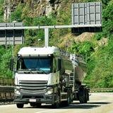 Camion sulla strada in Visp del cantone Svizzera del Valais Fotografia Stock