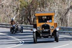 Camion 1926 supérieur de Chevrolet K de vintage conduisant sur la route de campagne Images libres de droits
