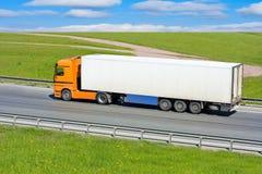 Camion sur l'omnibus photos libres de droits