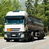 Camion sur la route chez Visp de canton Suisse du Valais Photos libres de droits