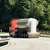Camion sur la route chez Visp de Suisse Photographie stock
