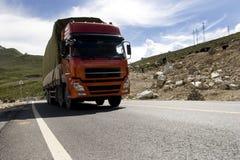 Camion sur la route de montagne photo libre de droits