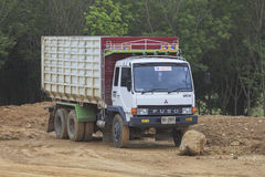 Camion sur la terre au chantier de construction Photo stock