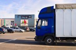Camion sur le fond du centre commercial Photographie stock