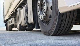 Camion sur le plan rapproché de route images stock