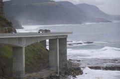 Camion sur le pont en falaise de mer Photos stock